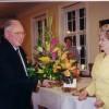 Sr. Andrés afhendir Ástu, formanni, blómakörfu í tilefni 70 ára afmælis KKD, sept. 2000